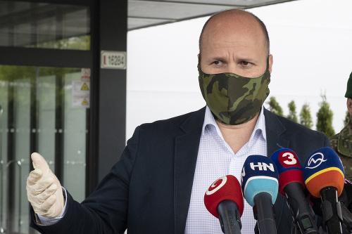 Na snímke minister obrany