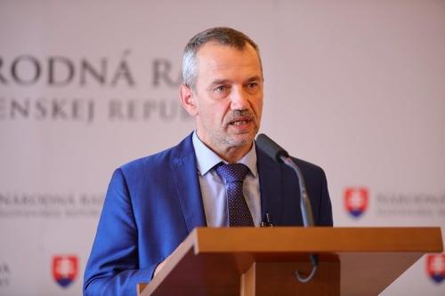 Slovenskí europoslanci o očkovacom