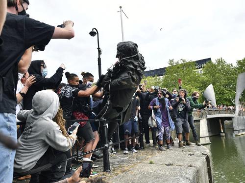 Demonštranti zničili sochu obchodníka