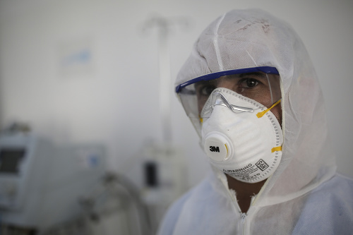 Zdravotník v ochrannom obleku