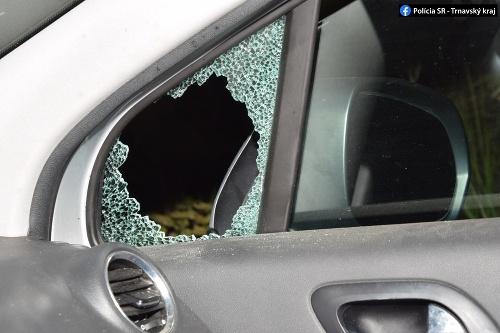 Trojica mužov rozbila okno