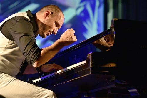 Talentovaný klavirista a spevák
