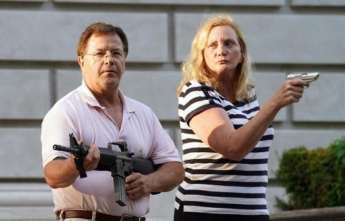 Manželia namierili zbrane proti