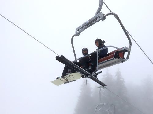 Na snímke lyžiari na