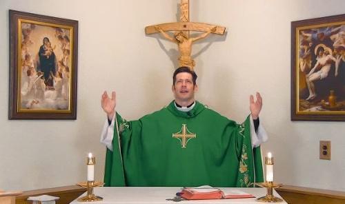 Podcast atraktívneho kňaza sa