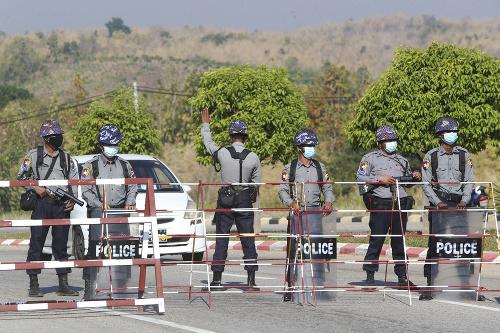 Mjanmarská polícia v rúškach