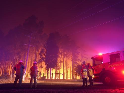 Hasiči bojujú s požiarmi