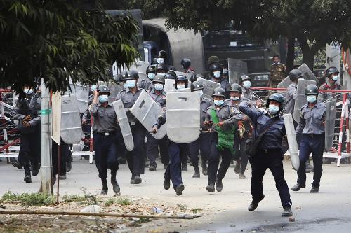 Mjanmarská polícia strieľala na