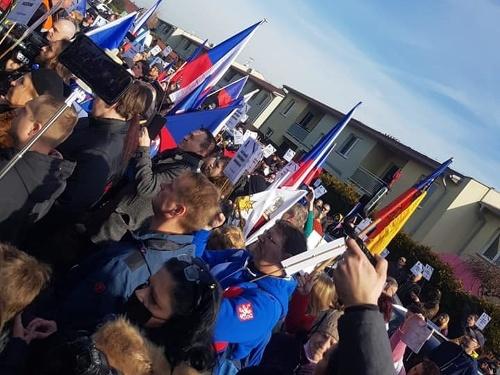 Protest pred domom českého