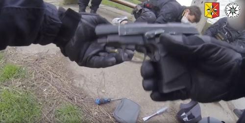 Mladík (22) so zbraňou