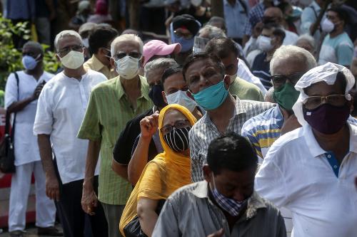 Ľudia čakajúci na vakcínu