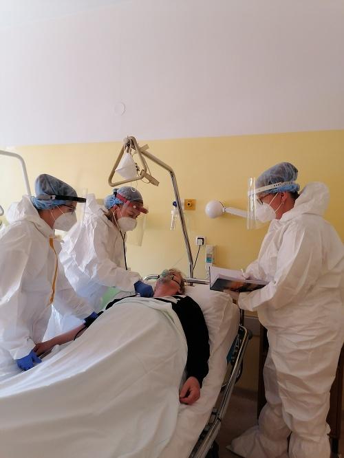 Hospitalizovaných ubúda, množia sa