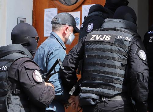 Eskorta privádza obvineného bývalého