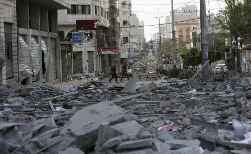Ľudia sledujú trosky zničenej