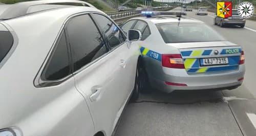 VIDEO Vodička (42) policajnú