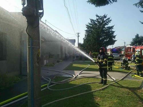 FOTO Štyri desiatky hasičov