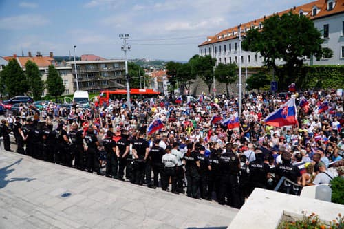 Demonštranti sú pred parlamentom