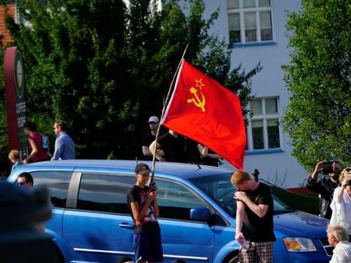 Demonštranti pred parlamentom