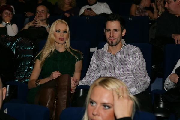 Cynthia opustila rodinný život s Hovorí sa, že keď Gaffen začal film, Tom Cruise sa stal jeho Skutočnosť, že výtržník Lindsay Lohan mal pomer so ženou, nikoho neprekvapila.