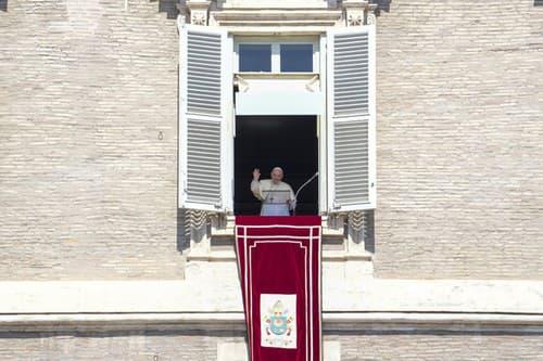 Pápež František zdraví stovky