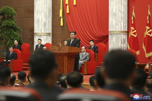 Kim Čong-un počas prehliadky