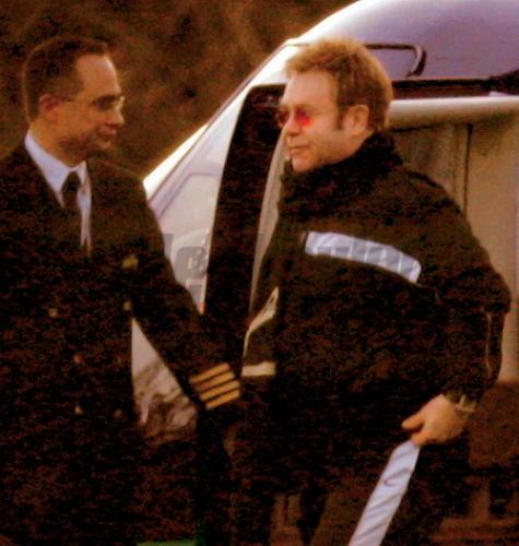 Spevák ELTON JOHN na miesto svadby priletel helikoptérou.