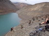 Cyklista odpočíva pri vysokohorskom