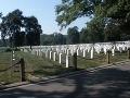 Tisíce bielych náhrobkov na