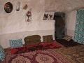 Interiér kandovanského jaskynného domu