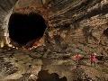 Prieskumníci kráčajú sekciou pomenovanou 'More pokoja', jaskyňa Er Wang Dong, Čína