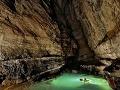 V uzavretom systéme je krištáľovo čistá voda, jaskyňa Er Wang Dong, Čína