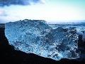 Masívne vlnobitie vyplaví občas na pláž ľadovce väčšie ako vaše auto, Island