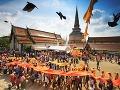 Budhistická procesia chrámom Wat