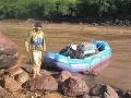 Doplna naložený expedičný raft