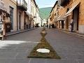 Ulice v Nursii lemujú