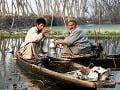 Kašmírsky rybár drží v
