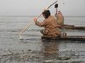 Kašmírsky rybár rozbíja ľad