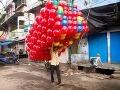 Indický predavač farebných balónikov