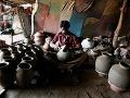 Indický hrnčiar vyrába džbány