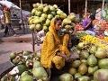 Indka s kokosmi čaká