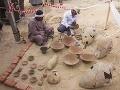 Egyptskí robotníci reštaurujú keramické