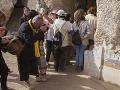 Turisti si fotografujú vstup