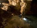 Podzemné jazierko v jaskyni.