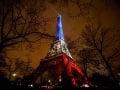 Eiffelova veža osvetlená francúzskymi