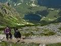 Turisti stúpajú do Sedla