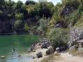 Zatopený lom s jazerom