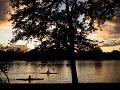 Dvaja kajakári na jazere