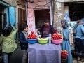 Predavač ponúka paradajkové čatní.