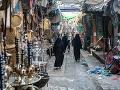 Jemenské ženy prechádzajú medzi
