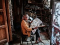 Predavač číta noviny vo